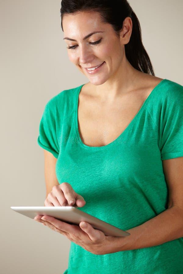 Frau, die Tablettestudioschuß verwendet stockfotos