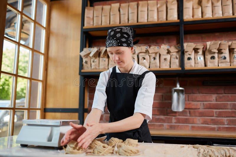 Frau, die taglatellein Café bildet lizenzfreies stockfoto