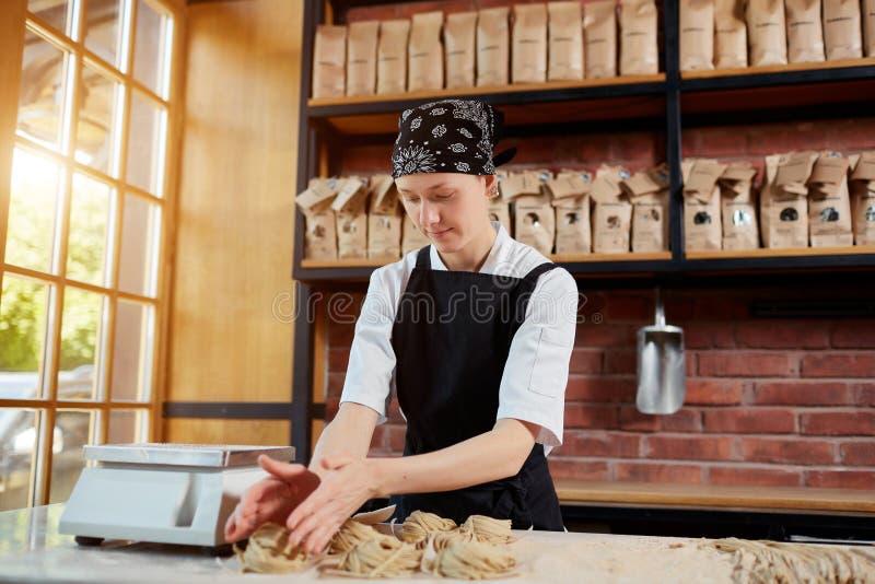 Frau, die taglatellein Café bildet lizenzfreies stockbild