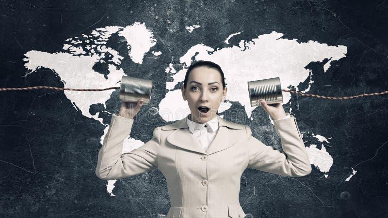 Frau, die taubes Telefon verwendet Gemischte Medien lizenzfreies stockfoto