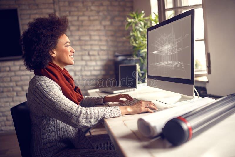 Frau, die an Technikprojekt arbeitet lizenzfreie stockfotografie