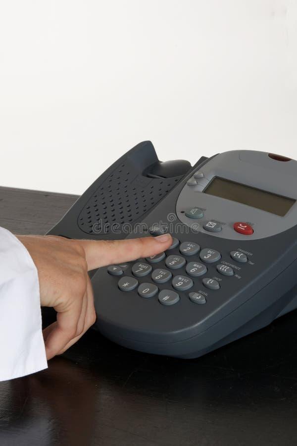 Frau, die Telefon-Taste eindrückt lizenzfreies stockbild