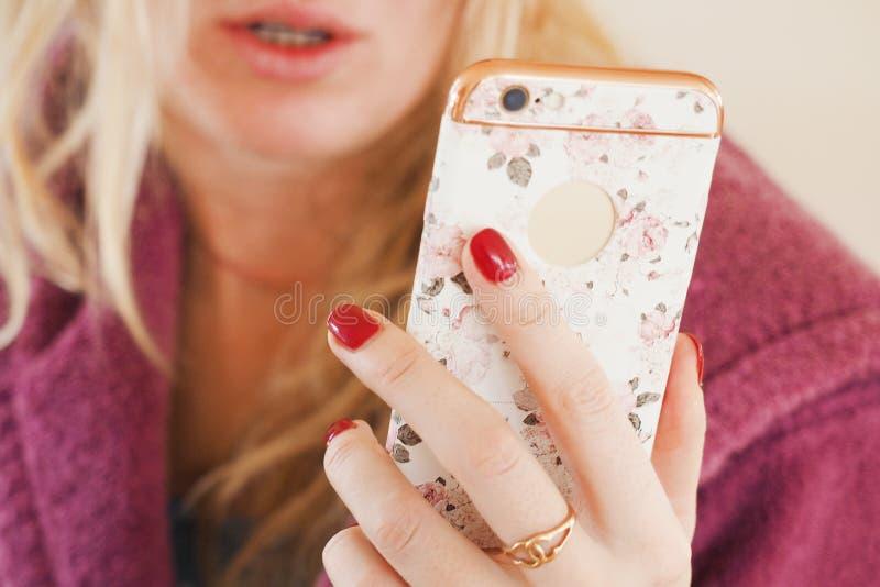 Frau, die Telefon verwendet lizenzfreies stockbild