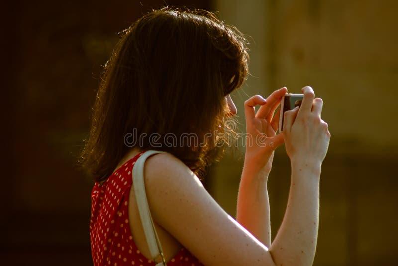 Frau, die telefonisch Fotos macht lizenzfreie stockfotografie
