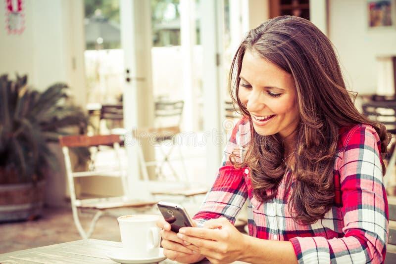 Frau, die Text-Meldung sendet lizenzfreies stockfoto