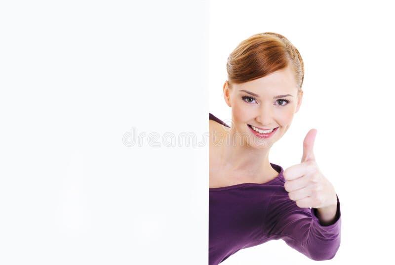 Frau, die Thumbs-up mit unbelegter Fahne gibt stockbilder