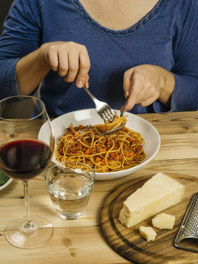 Frau, die traditionelle Spaghettis Bewohner von Bolognese isst stockfoto