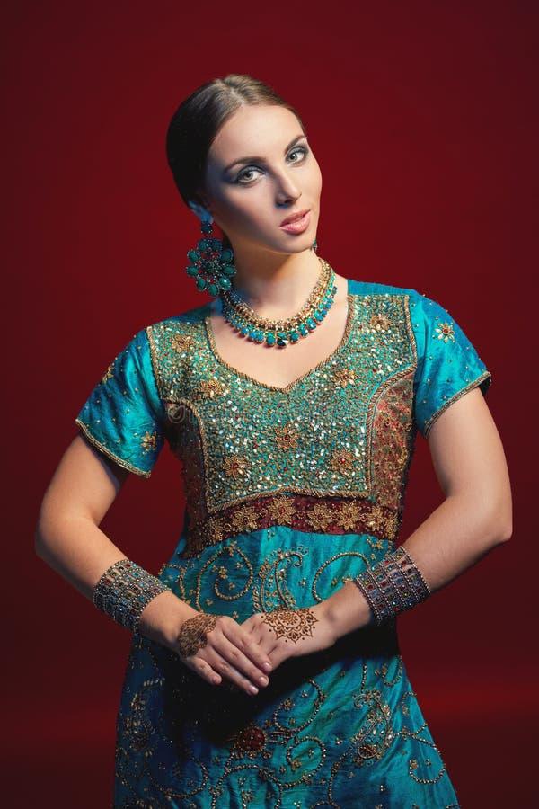 Frau, die traditionellen indischen Sari trägt lizenzfreies stockfoto