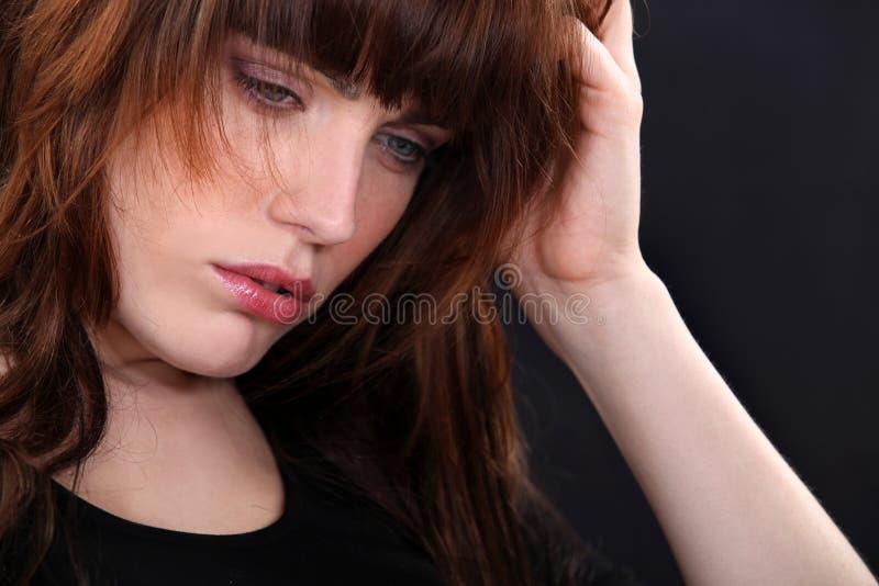 Frau, die traurig schaut lizenzfreie stockfotos