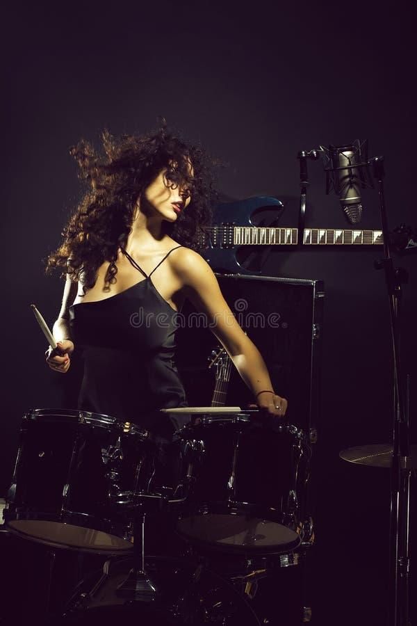 Frau, die Trommeln spielt lizenzfreie stockfotografie