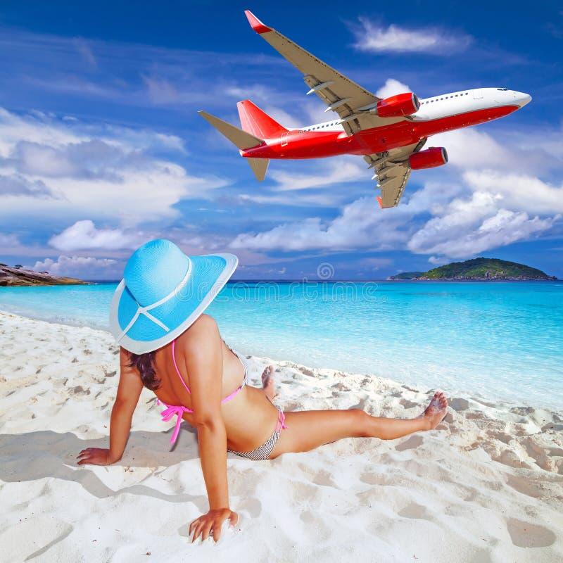 Frau, die tropische Feiertage genießt. stockbild