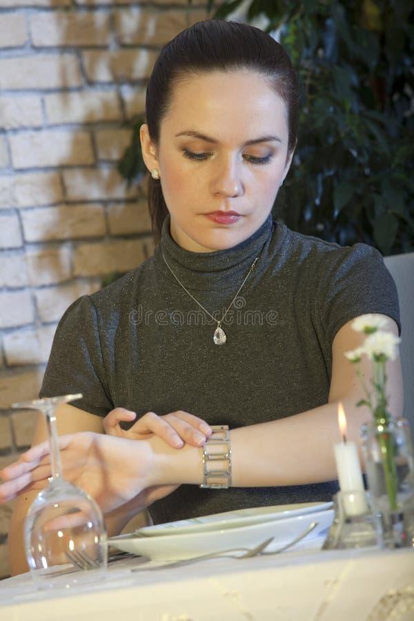 Frau, die Uhr betrachtet stockbilder