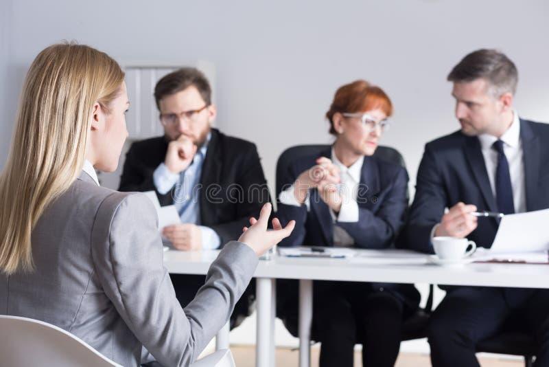 Frau, die um einen Job in der großen Gesellschaft sich bewirbt lizenzfreies stockbild