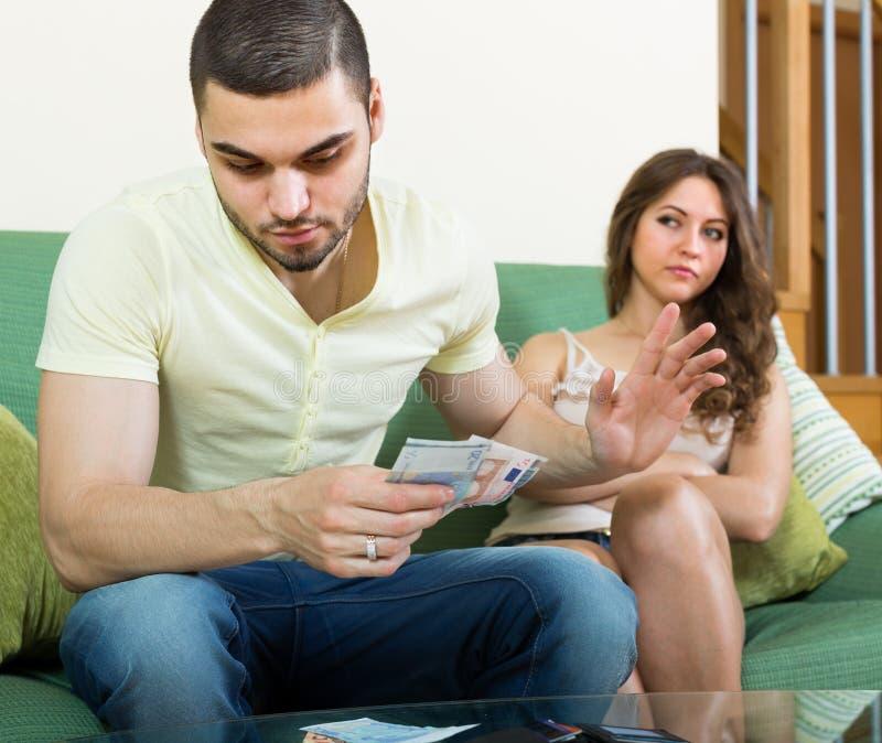 Frau, die um Geld vom Ehemann bittet lizenzfreie stockfotografie
