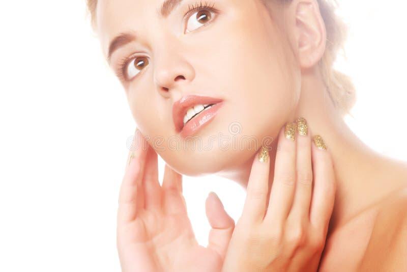 Frau, die um ihrem Hautgesicht sich kümmert stockfoto