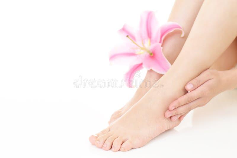 Frau, die um ihren Beinen sich kümmert stockbilder