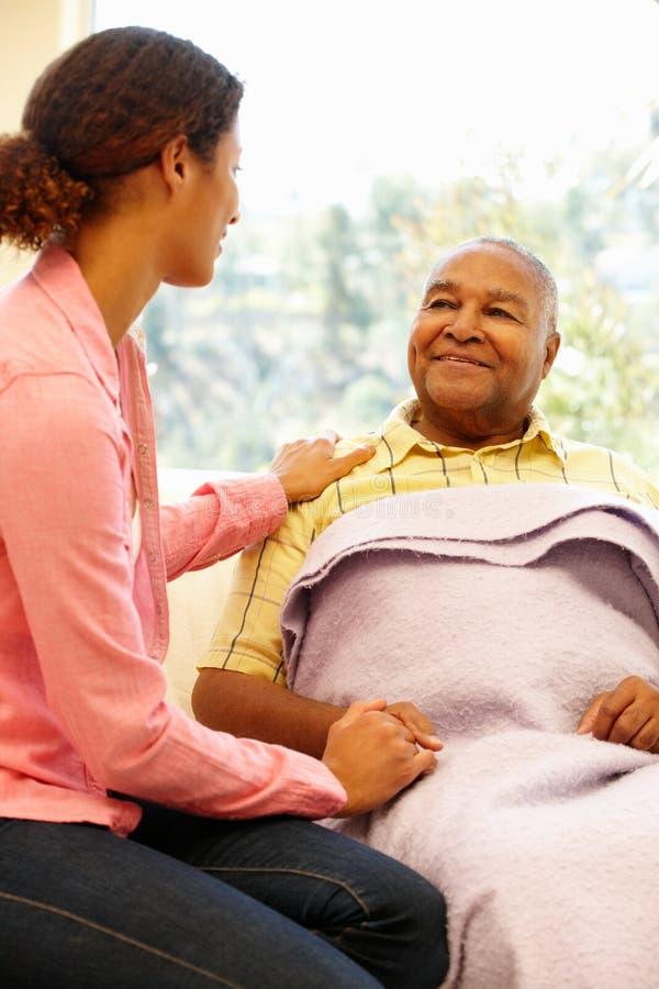 Frau, die um kranken Vater sich kümmert stockbilder