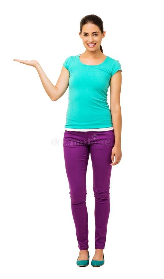 Frau, die unsichtbares Produkt über weißem Hintergrund darstellt stockbilder