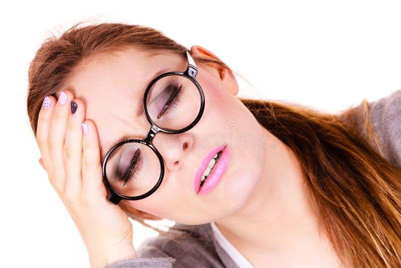Frau, die unter den Kopfschmerzenmigräneschmerz leidet lizenzfreie stockbilder