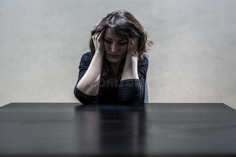 Frau, die unter einem strengen Tiefstand leidet stockbilder