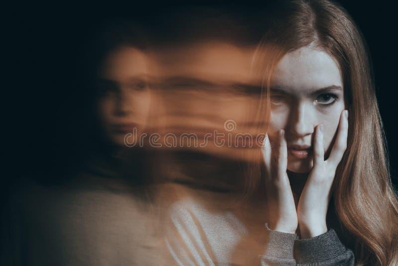 Frau, die unter Geistesstörung leidet lizenzfreie stockfotografie
