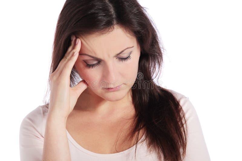 Frau, die unter Kopfschmerzen leidet stockfotografie