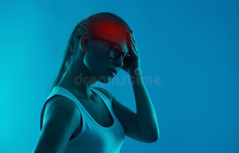 Frau, die unter Kopfschmerzen leidet stockbilder