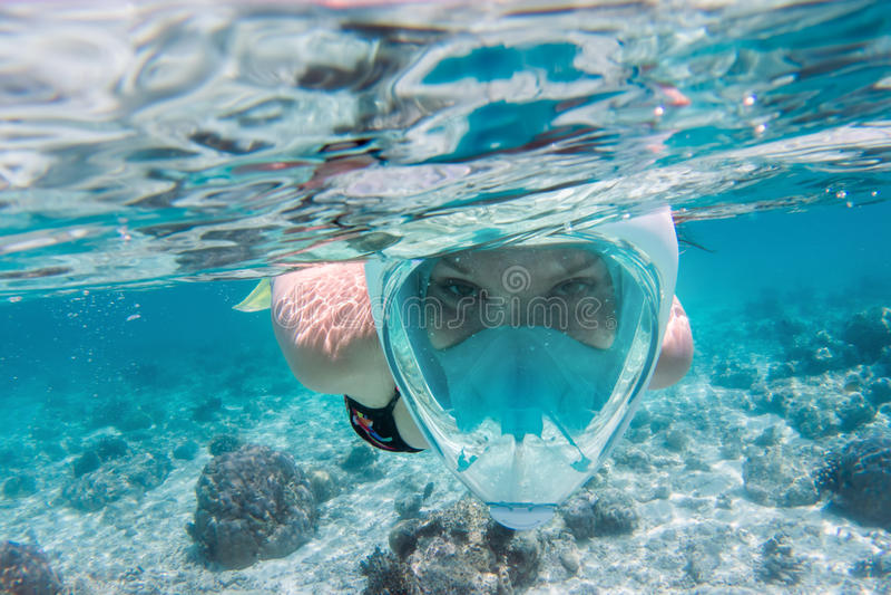 Frau, die unter Wasser im Indischen Ozean, Malediven schnorchelt stockfotografie