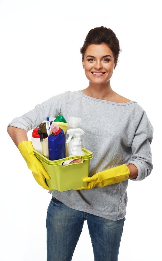 Frau, die unterschiedliches Reinigungsmaterial hält stockbild