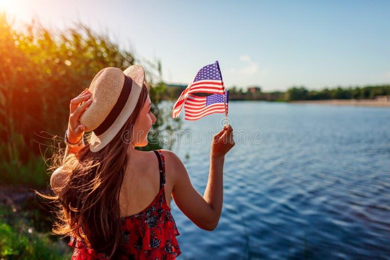 Frau, die USA-Flagge h?lt Feiern des Unabh?ngigkeitstags von Amerika stockfoto
