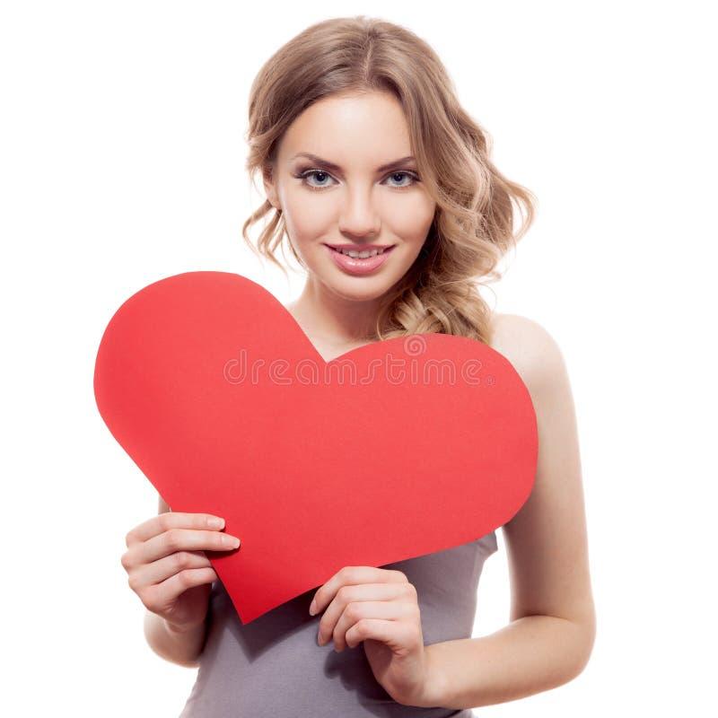 Frau, die Valentinsgruß-Tagesherzzeichen hält stockfotos