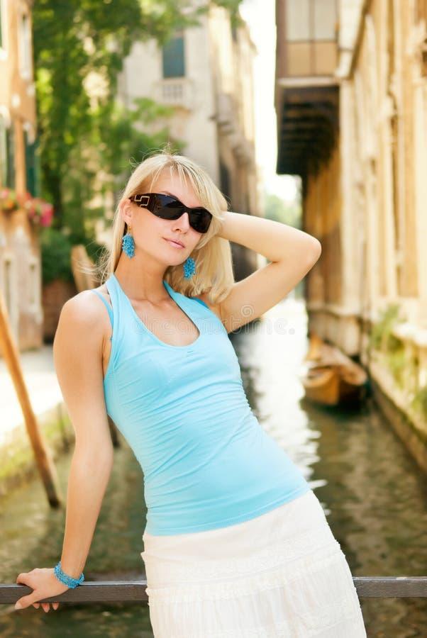Frau, die in Venedig sich entspannt lizenzfreie stockbilder