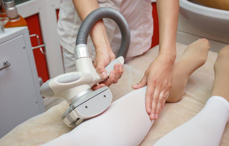 Frau, die Verfahren von Anticellulite lpg-Massage, Cosmetologyklinik hat lizenzfreies stockfoto
