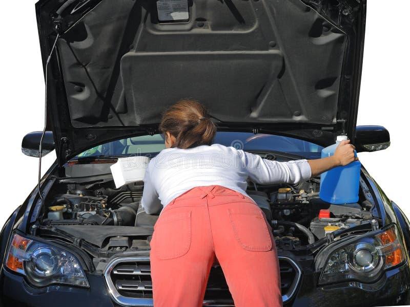 Frau, die versucht, das Auto zu reparieren lizenzfreie stockfotografie