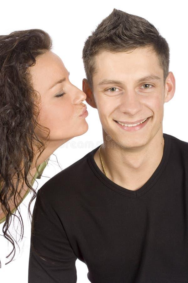 Frau, die versucht, den Mann zu küssen stockfotografie