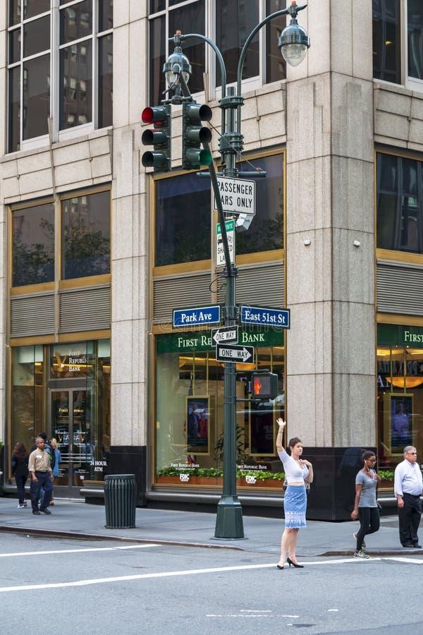 Frau, die versucht, ein Taxi, Manhattan, New York City, die Vereinigten Staaten von Amerika, Nordamerika zu fangen stockbild