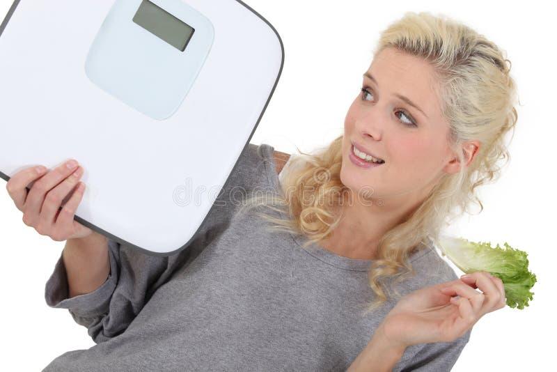Frau, die versucht, Gewicht zu verlieren lizenzfreie stockfotografie