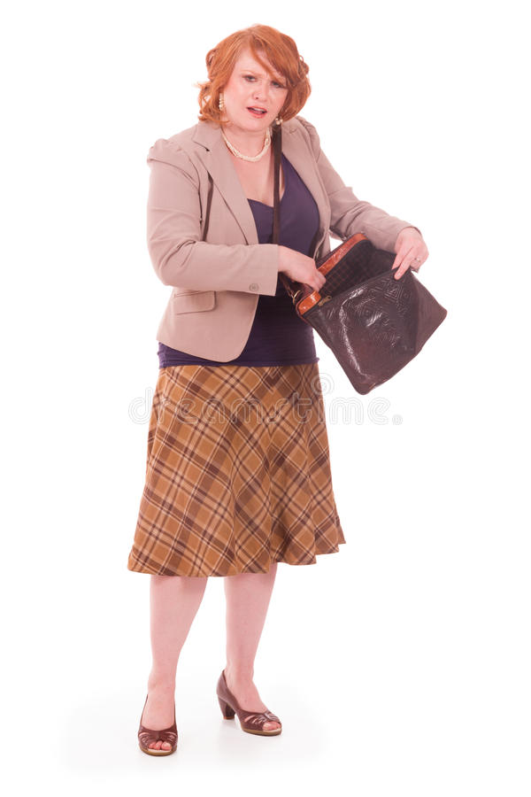Frau, die versucht, ihre Schlüssel in ihrem Geldbeutel zu finden stockfotos