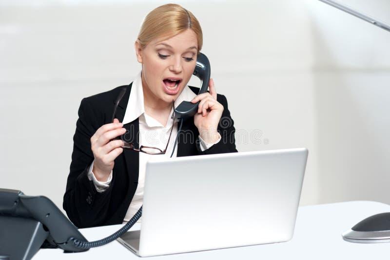 Frau, die versucht, Klienten über dem Telefon zu überzeugen stockbild