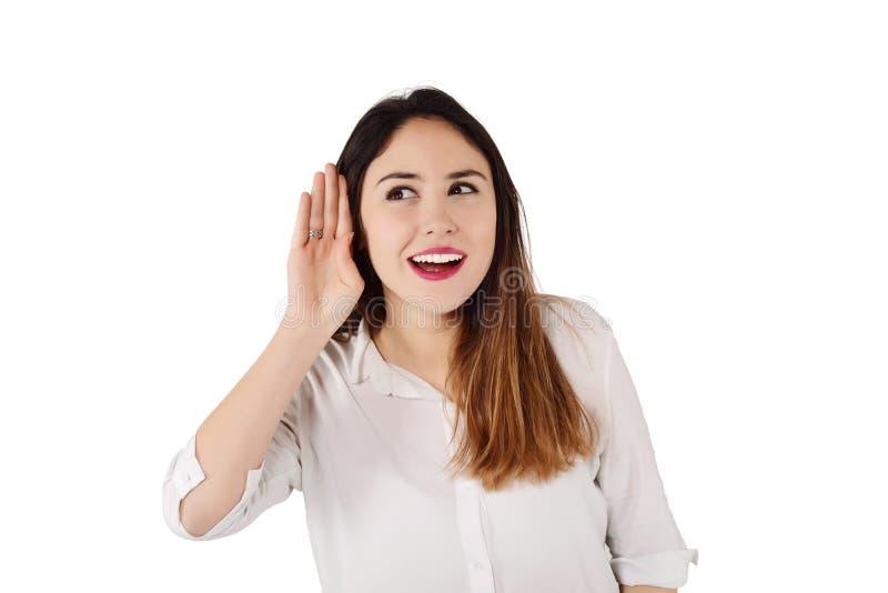 Frau, die versucht, zu hören etwas stockfotografie