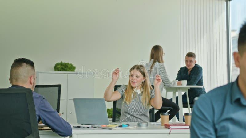 Frau, die Victory Looking am Laptop feiert stockbilder