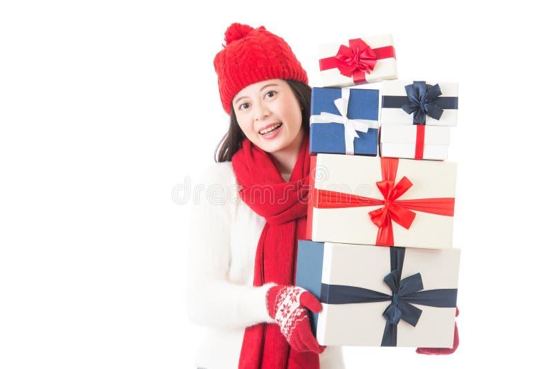 Frau, die viele Weihnachtsgeschenke in ihren Armen hält stockfotos