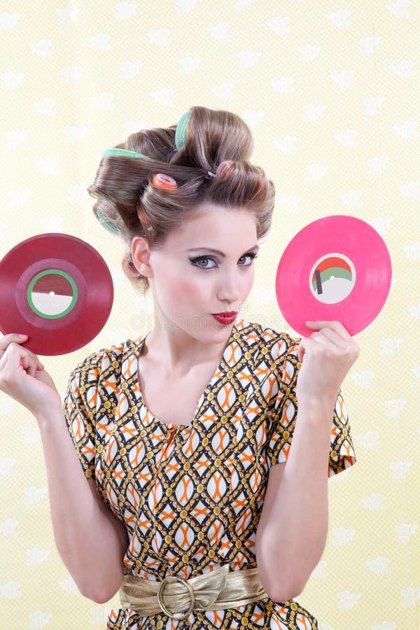 Frau, die Vinylaufzeichnung hält stockfotografie