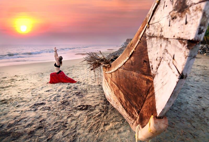 Frau, die virabhadrasana Krieger-Yogahaltung tut stockbild