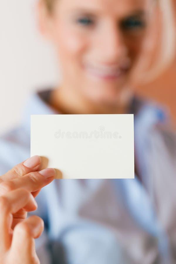 Frau, die Visitenkarte überreicht lizenzfreies stockfoto