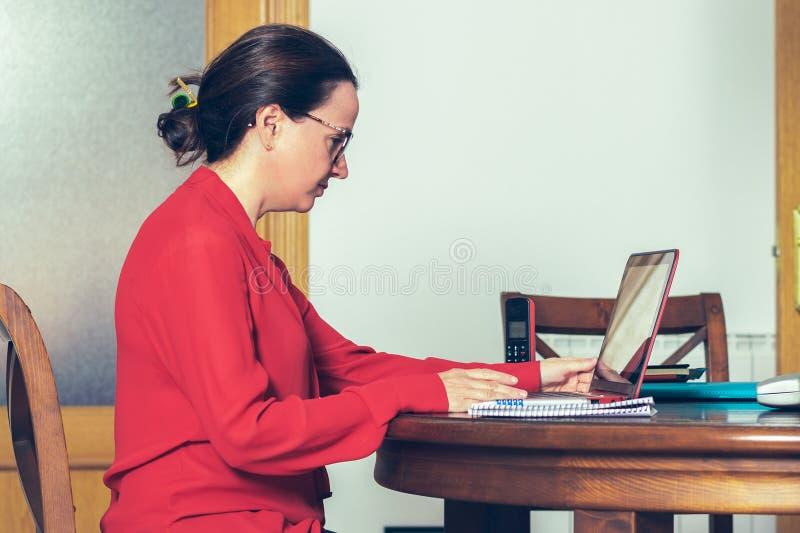 Frau, die vom Haus arbeitet lizenzfreie stockbilder