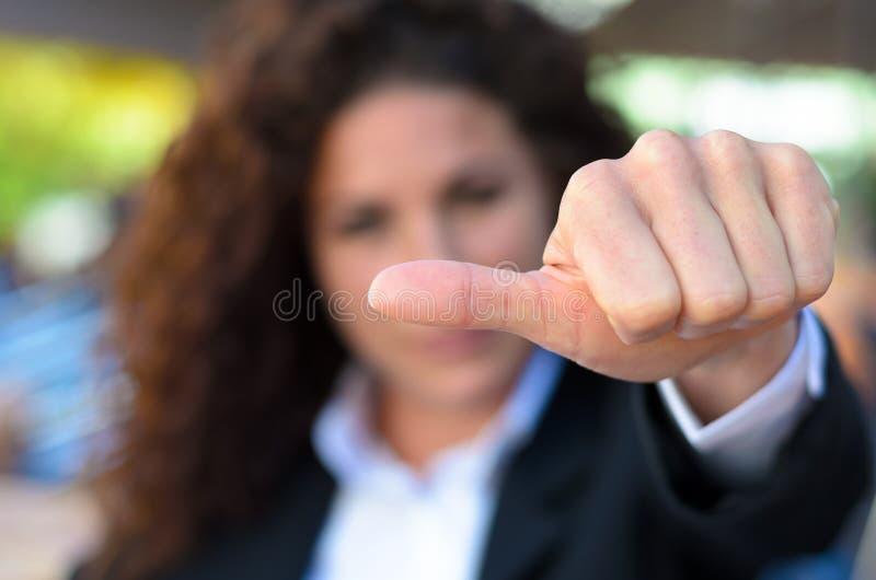 Frau, die von der Abstimmung sich enthält lizenzfreie stockfotos