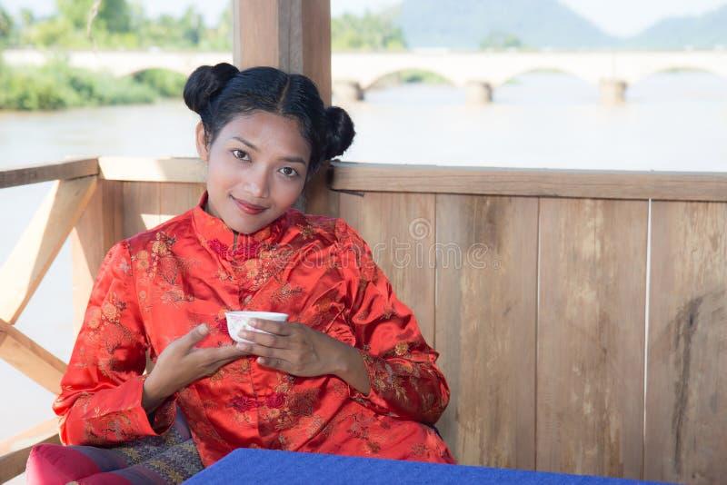 Frau, die von einem Cup trinkt stockfoto