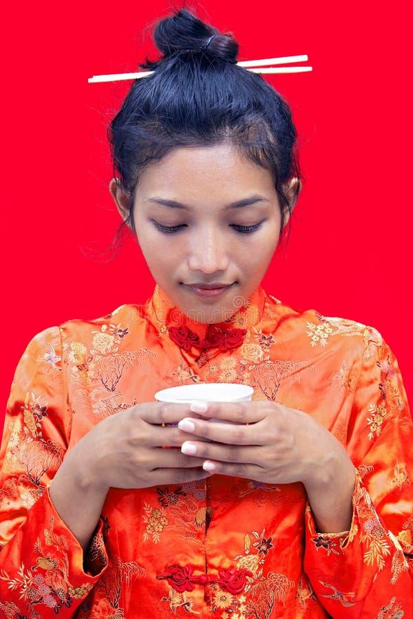 Frau, die von einem Cup trinkt stockbild