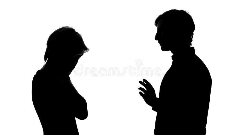 Frau, die vor Mann, Verhältnis-Krise und Auseinanderbrechen, Widerspruch schreit lizenzfreie stockfotos